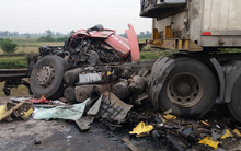Nghệ An: Ùn tắc 2km, đầu container nát bét biến dạng sau tai nạn liên hoàn