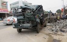 Nghệ An: Xe tải húc đổ cột điện bên đường, người dân cạy cửa cứu tài xế mắc kẹt trong ca bin