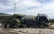 Va chạm với xe tải nổ lốp đang dừng giữa đường, nam tài xế tử vong kẹt cứng trong cabin