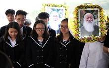 """Học sinh nghẹn ngào hát vang bài """"Bài học đầu tiên"""" trong lễ an táng cố thầy giáo Văn Như Cương"""