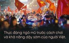 """Nữ phóng viên Nhật """"ngả mũ"""" khi chứng kiến cách ăn mừng U23 của người Hà Nội: Đêm qua quậy tưng bừng vậy mà sáng ra vẫn khoẻ khoắn đi làm!"""