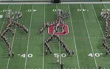 Mỹ: Cả trăm sinh viên đang diễu hành bỗng xếp hình ra điệu nhảy gây sốt Internet