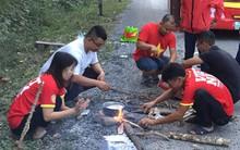 Cổ động viên Việt Nam 2 ngày chưa được về nước, phải nhờ bộ đội biên phòng nấu cơm