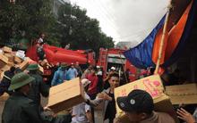 Hàng chục tiểu thương bất chấp ngọn lửa, xông vào cứu kho hàng ở Nghệ An