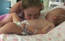 """Bé gái 2 tuổi mắc bệnh khó qua khỏi, một hành động chơi đùa vô tư của chị gái lại cứu em khỏi tay """"tử thần"""""""