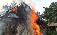 Chập ổ điện gây cháy nhà ngày cuối năm, mẹ ôm con lao ra khỏi nhà bất lực nhìn toàn bộ tài sản bị thiêu rụi