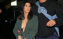 """Dán băng keo để ngực không chảy xệ, chị cả nhà Kardashian bị hớ hênh khi hẹn hò """"phi công trẻ"""""""