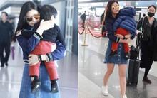 Trần Nghiên Hy khoe vóc dáng nuột nà, con trai ngủ ngon lành trên vai mẹ khi đi công tác