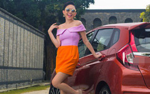Kính vàng, áo hồng, váy da cam đứng cạnh xe đỏ, cả mùa hè dường như hội tụ trong bức ảnh mới của Tóc Tiên