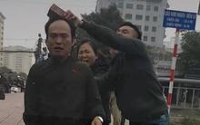 Hà Nội: Bỏ chạy sau khi va chạm với xe buýt, tài xế bị nhóm người cầm gạch đá lao vào đánh