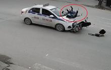 Bắc Ninh: Đang đèo con đến ngã tư thì xảy ra va chạm với taxi, 2 mẹ con bị hất văng rồi ngã xuống đường