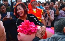 """Nhiều người dân chen chân chụp ảnh bên cạnh """"của quý khổng lồ"""" trong lễ hội độc nhất vô nhị ở Việt Nam"""