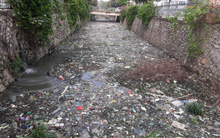 """Giữa lòng Thủ đô xuất hiện """"hố rác"""" lớn, nước đen đặc gây ô nhiễm nặng ảnh hưởng đến cuộc sống của hàng trăm hộ dân"""