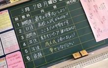 """Bài tập về nhà: """"Phải sống hạnh phúc"""" của thầy giáo Nhật trong lễ tốt nghiệp khiến học sinh xúc động"""