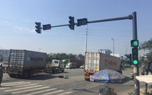 Container húc văng xe máy băng qua đường ở Sài Gòn, 2 người đàn ông nguy kịch