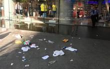"""Sau khi cắm cọc qua đêm tại Bitexco để mua giày hiệu, dân tình """"hồn nhiên"""" vứt đầy rác trước cửa hàng"""