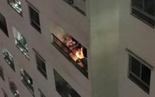 Xôn xao clip một người dân vô tư đốt vàng mã ở ban công chung cư cao tầng đông đúc nhất Hà Nội