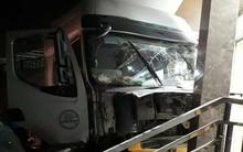 Hà Nội: Xe tải lao vào trụ sở công ty giữa đêm, một người nhập viện cấp cứu