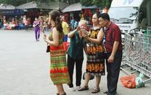 Du khách thập phương đổ về lễ Giỗ Tổ Hùng Vương, nhiều người ăn mặc hở hang được mời khỏi cổng Đền