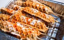 Lại thêm một biến tấu vô cùng sáng tạo của gà rán: bánh tổ ong nhân gà xiên que