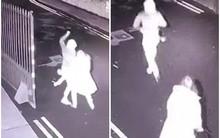 Clip: Đang đi bộ trên phố, người phụ nữ bị kẻ cướp bất ngờ đâm tới tấp để cướp tài sản