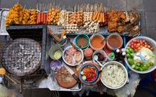 Đến Phượng Hoàng Cổ Trấn đừng chỉ mải mê chụp ảnh mà hãy thưởng thức trọn vẹn nền ẩm thực đặc sắc tại nơi đây