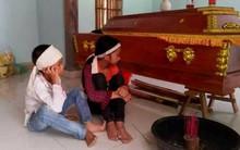 Mẹ bị sét đánh tử vong, hai con thơ đeo khăn tang ngồi cạnh quan tài chờ bố từ Lào trở về