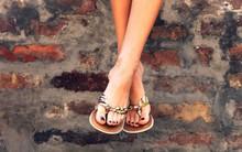 Đôi dép tông mùa hè có thể đang ảnh hưởng đôi chân của bạn theo những cách này