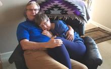 """Bức ảnh vợ ngủ ngon trong vòng tay chồng gây xúc động: """"Dù không nhớ tên ông, mẹ vẫn yên tâm khi ở bên bố"""""""