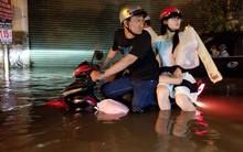 """Clip trận ngập nặng nhất ở Sài Gòn từ đầu mùa: Khổ sở dắt những chiếc xe máy chìm dưới nước như """"tàu ngầm"""""""