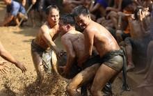 Thanh niên đóng khố, vật lộn trong bùn để tranh quả cầu nặng 20kg trong lễ hội 4 năm mới có một lần ở Bắc Giang