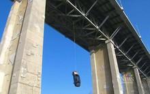Cảnh sát Toronto đau đầu vì chiếc xe bí ẩn bỗng bị treo ngược dưới gầm cầu mà không rõ nguyên do