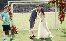 Ảnh cưới siêu lầy mùa World Cup: cô dâu Việt và chú rể Pháp mặc lễ phục nhưng đi giày thể thao và chụp ảnh ở sân bóng