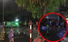 Hà Nội: Người dân ''hôi'' hàng trăm chiếc ghế nhựa của ban tổ chức khi chương trình gặp cơn mưa rào