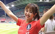 Cổ vũ đội tuyển Hàn Quốc ở World Cup, nữ sinh chiếm spotlight trên MXH vì quá xinh đẹp và rạng rỡ