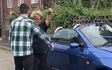 Cắn răng bán ô tô để giúp con trai lập nghiệp, 12 năm sau người mẹ bật khóc khi nhận lại chính chiếc xe năm nào do con tặng lại