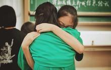 Kỳ thi đại học kết thúc, học sinh Trung Quốc trở lại trường chia tay bạn bè: Tạm biệt nhé, thanh xuân!