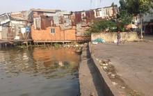 Đi vớt rác, nhóm công nhân bất ngờ phát hiện thi thể người đàn ông phân hủy trôi kênh ở Sài Gòn