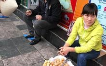 """Hà Nội: Bắt giữ nam thanh niên đánh giày cấu kết người phụ nữ """"chặt chém"""" khách nước ngoài 4 chiếc bánh rán 80.000VND trên phố Cổ"""