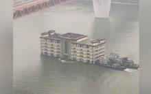 Đố tìm được ở đâu ngoài Trung Quốc: Chở hẳn một tòa nhà 5 tầng trên sông bằng tàu vận tải