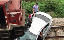 Ô tô bị tàu hỏa đâm trúng khi qua đường không quan sát khiến 2 người chết, 3 người bị thương