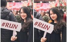 """Cầm bảng cảnh báo sinh viên """"Run"""" trong ngày hội tuyển sinh, cô gái này được cư dân mạng ráo riết truy tìm info vì quá xinh!"""