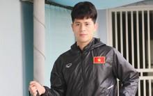 Chạnh lòng hình ảnh Đình Trọng theo dõi đồng đội tập luyện từ phòng thay đồ