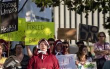 Dự luật cấm phá thai hà khắc nhất nước Mỹ được thông qua: Nạn nhân bị hãm hiếp không được ngoại lệ, bác sĩ bị phạt 99 năm tù nếu tiếp tay