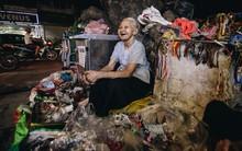 """Đời buồn của cụ bà bán hàng rong sống cạnh nhà vệ sinh công cộng ở Hà Nội: """"Ngày xưa lăn lộn nuôi con, nhưng chúng nó lần lượt ra đi hết rồi..."""""""