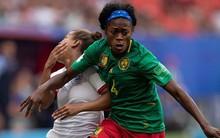 """Ai ngờ tại giải bóng đá nữ lớn nhất thế giới lại xuất hiện những """"Chí Phèo"""" thế kỷ 21: Cầu thủ Cameroon nhổ nước bọt vào đối thủ, đẩy trọng tài rồi bỏ ra ngoài sân không thèm thi đấu tiếp"""