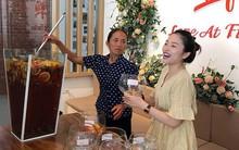 Bà Tân Vlog bất ngờ xuất hiện ở Hà Nội cùng hot mom Hằng Túi, trổ tài làm ly trà hoa quả khổng lồ