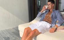 Có ai như Ronaldo: Đăng ảnh khoe thần thái ngút ngàn nhưng lại bị các fan soi một chi tiết ít ngờ tới ở cặp chân