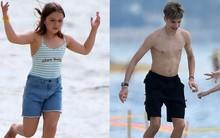 3 anh em nhà Beckham đá bóng trên bờ biển, Harper quá đáng yêu nhưng Romeo giật spotlight nhờ màn cởi trần khoe body