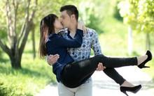 Bế bổng bạn gái để tăng phần lãng mạn dịp Lễ tình nhân, anh người yêu đáng thương vừa bị gãy tay lại còn trật cả khớp